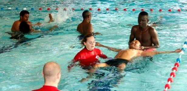 Zwemles voor iedereen: statushouders krijgen de kans om hun zwemdiploma te halen